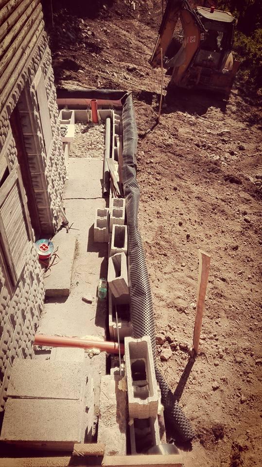 Nakonci tejto budúcej chodby bude WC, ktoré bude oddelené od obytného aj hlavného priestoru chaty. Toto riešenie nie je síce pohodlné, ale je jednak hygienocké a hlavne negatívna, temná energia z odpadu nebude vplývať na obytnú časť stavby, tak ako to mali predkresťanskí Slovania.